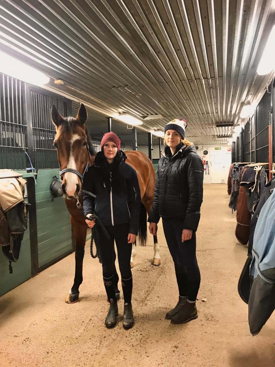 Jessica Johansson och Matilda Stövling som jobbar i stallet, här tillsammans med den friska hästen Theodore. Foto: Sofia Bergström